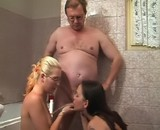 film porno Le vieux pisse sur deux &eacute;tudiantes sans tabous