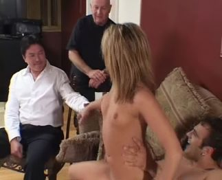 Video porno 2 types bourrent sauvagement une belle salope devant son mari